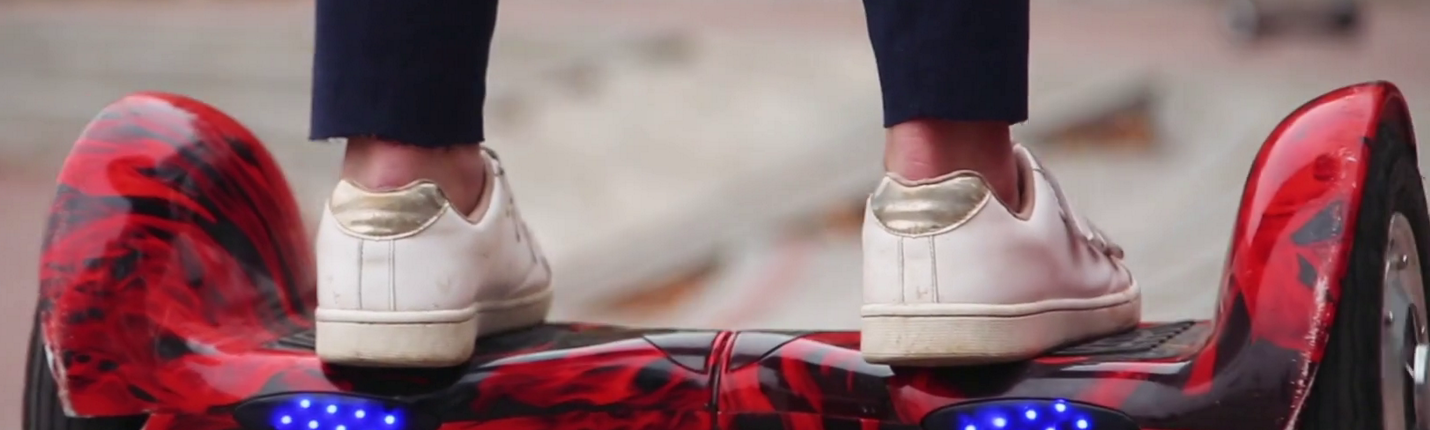 ride-hyroscooter-closeup-feet-on-ddddhoverboard_bwto1117e_thumbnail-full01